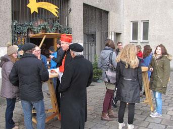 Kardinal Schönborn ließ es sich auch nicht nehmen einen Sandleitner Punsch zu kosten und mit Leuten vor der Punschhütte zu plaudern.