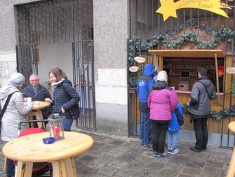 Am zweiten Adventsonntag standen bei feucht-kaltem Wetter nur wenige bei den Tischen im Freien. Die meisten nahmen sich den Punsch mit in den warmen Saal.