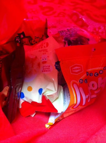 哲平に大量のお菓子を頂いた! 一時買わなくていい量(これでも3つ抜かれた状態)です! 哲平に分けてもらおう、、、w  中田さんありがとうございます。 皆さんに気にかけていただき感謝しています。 メリークリスマス♪