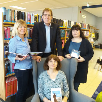 Das Team der Gemeindebücherei Großhansdorf mit Herrn Bürgermeister Janhinnerk Voß (von links nach rechts: Petra Barkmeyer, Sigrid Heine (Büchereileitung, sitzend), Simona Fürst)