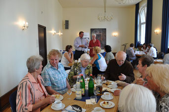 Auch Senioren freuten sich über die tollen Projekte und genossen die Preisverleihung bei einem Kaffeetrinken