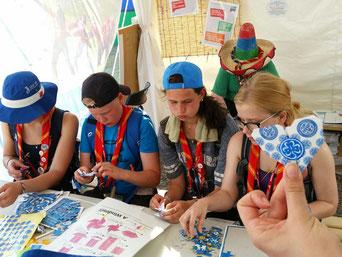 WAGGGS特製の折り紙やパズルをしたり