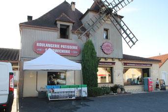 Huîtres Moissenot devant la boulangerie du Bugle