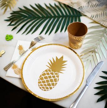 decoration-table-anniversaire-adulte-original-assiettes-ananas-dores