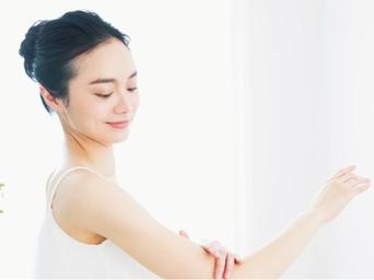 活性酸素と脂質が結合することにより、メラニン色素が増加し、シミやくすみの原因となります。  水素が活性酸素を除去することで、シミ・そばかす・くすみ・くまの改善が期待できます。  また、紫外線から皮膚細胞を保護する働きもあり、シワの増加抑制も期待できます。さらに毛髪にも作用し、髪の毛にツヤ感・サラサラ感・ボリューム感を与えます。