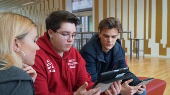 Schüler des Berufskolleg Wirtschaftsinformatik informieren sich über HTML, CSS und die Programmiersprachen PHP und Java an der Walter-Eucken-Schule.