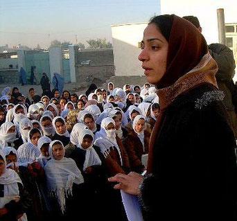 Malalai Joya's besøg på en pigeskole i Farah-provinsen