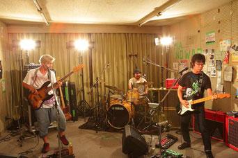 ロックコミューン部室にて20周年ライブを行うくるり(撮影:渡辺一生)