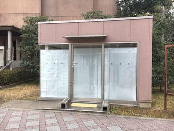 衣笠キャンパスにある、現在閉鎖中の喫煙シェルター。喫煙者も受動喫煙を嫌い、シェルターを利用しないため、分煙への効果は薄いという