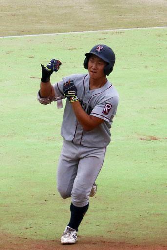 本塁打を放ち、ダイヤモンドを一周する宮崎竜成