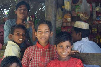 ミャウー郊外に住むロヒンギャの子どもたち