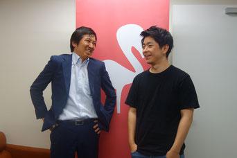 談笑する川面創さん(左)と金村容典さん