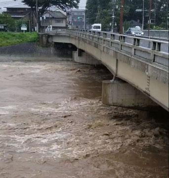 豪雨により増水し、濁流が轟音をあげる賀茂川 =上賀茂橋(京都市北区)、6日午後2時撮影