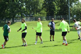 Trainer Dragan Lasic  beobachtet seine Spieler beim Aufwärmen.