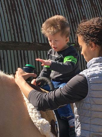 Sarah Raisin (rechts) berichtet, dass das Pferd eine besondere Wirkung auf die Kinder ausübt, da es sie auf natürliche Art und Weise motiviert.