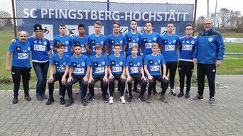 Das Bild zeigt die B-Jugend zusammen mit Doreen Hummel, die die Spende der Gutachten24 GmbH übergab.