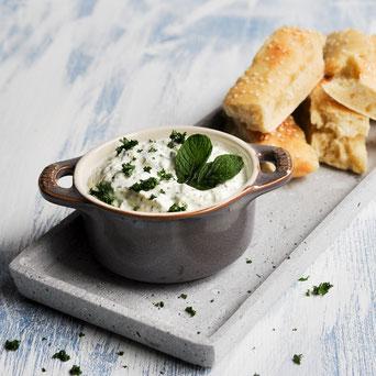 Gurke Minze Dip, erfrischend, zum Grillen, Partybuffet, vegetarisch, vegan machbar, lieber selber machen statt Geld im Feinkostladen ausgeben