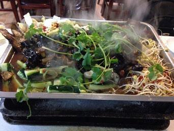Kao Yu (烤鱼), gebackener Fisch, irgendwo unter dem Berg an Gemüse liegt er und wartet darauf, gegessen zu werden.