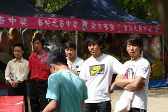 Diese Jungs genießen gerade einen freien Nachmittag im Park. So sehen manchmal Chinesen aus, wenn sie ihr Leben genießen. Unsere Körpersprache ist da schon anders.