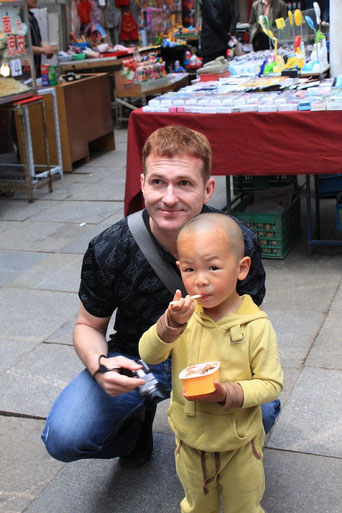 Ein paar Jahre später in Nanjing. Es ist ganz normal, dass eine wildfremde Frau mit Ihnen flirtet, damit sie anschließend ein Foto von Ihnen und ihrem Sohn machen darf. Das gehört zum Spiel.