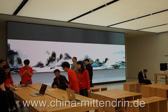 Der neue Apple Store in Xiamen von innen mit dem zur Zeit größten LED-Display, das weltweit irgendwo in einem Apple Store zu finden ist.