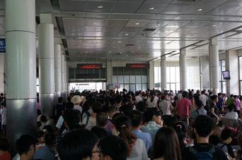 Auf dem Bahnhof, der Eingang zum Superschnellzug. Tausende von Chinesen, ein Ausländer (ich). Das fühlt sich manchmal etwas seltsam an.