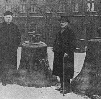 Josef Isenberg (rechts) zusammen mit Pfarrer Wilh. Joh. Böhler bei der Beschlagnahme der Kirchenglocken 1942