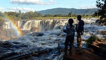 """Le """"Fourteen Falls"""" (Quattordici Cascate) sul Fiume Athi. Sullo sfondo l'altopiano Yatta."""