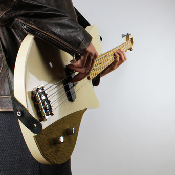 dream design boutique basses handcrafted by Ulrich. Vintage high end custom bassguitar. This one weighs under 3kg. modern retro style bassguitar with tweed covered controlplate