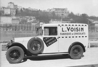 Automobile Voisin utilisée pour la livraison au début du XXe siècle.