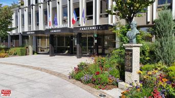 Parvis de la mairie de Vélizy-Villacoublay - Août 2017 © Vélizy Info.