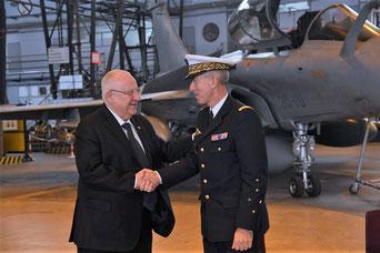 Le président israélien Reuven Rivlin a été accueilli à la BA 107 de Villacoublay par le général Philippe Lavigne, commandant de l'armée de l'air française, le 24 janvier 2019.