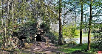 La grotte artificielle crée par Julien Adanson existe toujours.