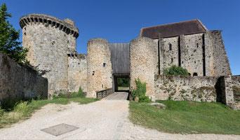 Châtelet d'entrée du château de la Madeleine.