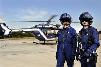 Un équipage des forces aériennes de la Gendarmerie.