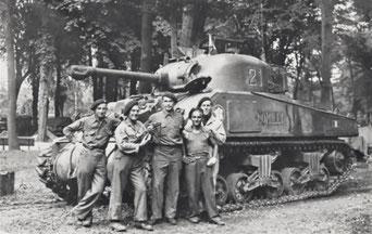 Soldats de la 2e DB devant le char Romilly.