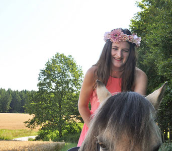 Tipps für Fotoshootings mit Pferden Ballkleid Fjordpferd Blumenkranz Modeblog Fairy Tale Gone Realistic Lifestyleblog Deutschland