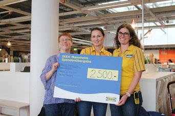 Ikea Sandhofen, Spende, Julia Heffner mit Spendenscheck