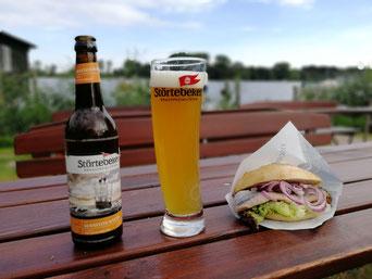 Räuchermatjes und ein Bier für 7,95 € direkt beim Fischerhof Röbel.