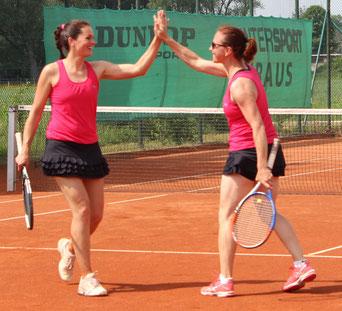 Julia Gruhler und Carola Eppinger freuen sich über den erfolgreichen Saisonstart in der Bezirksklasse 2.
