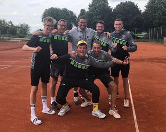 Die Herren 1 des TSV Offingen feiern die souveräne Meisterschaft in der Kreisklasse 2.