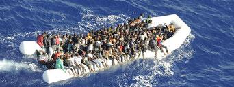 Bild: Afrikanische Flüchtlinge im Mittelmeer, August 2016. / CSDP EEAS (PD)