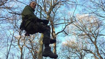 Tam lässt sich von seinem Baumhaus herab. | Bildquelle: Philipp Glitz