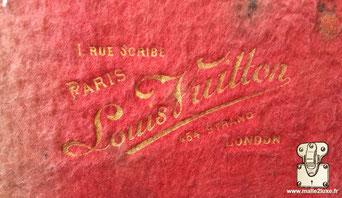 Marquage malle Louis Vuitton :   1 rue Scribe Paris  Louis Vuitton  454 strand London