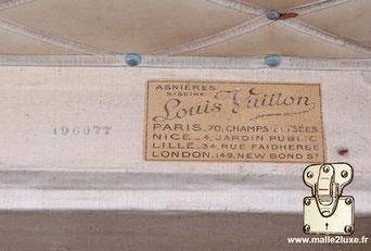 Etiquette Malle et valise :   Louis Vuitton Paris - 70 Champs Élysées  Nice - 4 jardin public Lille - 34 rue faidhherbe  London - 149 New Bond St
