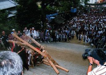 宮入で行われる「暴れ御輿の神事」大切な神輿を秋祭りの締めくくりとして壊してしまうのは、全国に例がない。(平成19年の秋祭りより)
