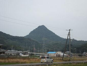 大和の神体山が三輪山なら風早國の里山としての神体山は恵良山。円錐形が美しい。この頂上社に風の神を祀る。