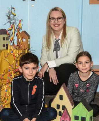 """Schulleiterin Maria Gabel mit dem """"Begrüßungs-Duo"""" David und Marie (Foto: Susanne Weigl)"""