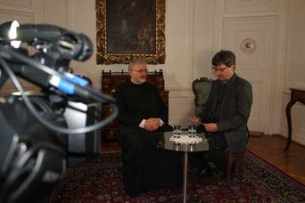 Bernhard Löhlein mit Bischof Gregor Maria Hanke im Interview über seine Solidaritätsreise nach Syrien. pde-Foto: Johannes Heim