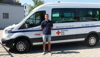 Foto: Maximilian Weigl erhält durch den Bundesfreiwilligendienst im Betreuten Fahrdienst einen vielfältigen Einblick in die Arbeit des Roten Kreuzes sowie in die mobilen sozialen Dienste. / BRK Neumarkt – Laura Schlupf